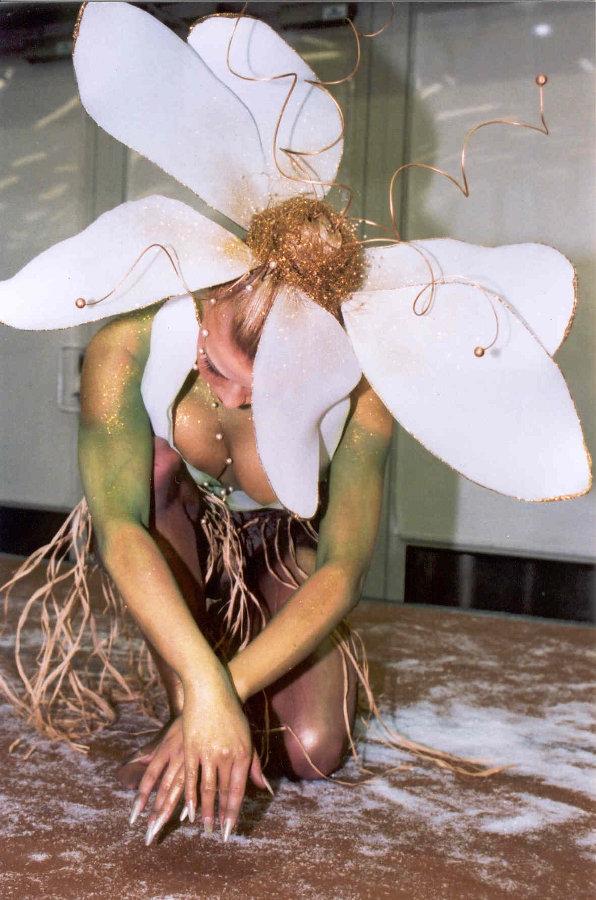 SM-bodypainting/Suomen Cidesco v. 2001 kulta Aihe: 'Flower power'  Kuva: Cidesco
