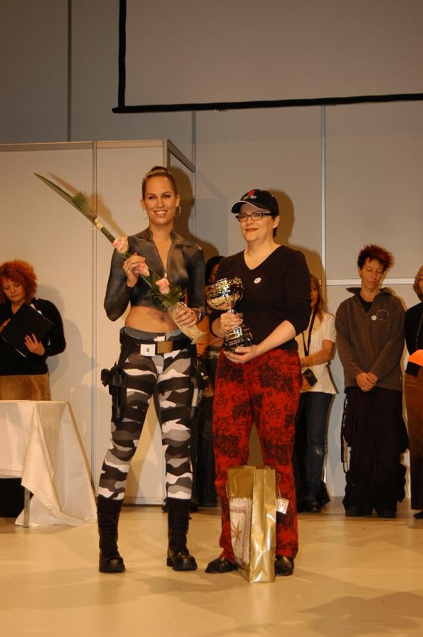 SM-bodypainting/Suomen maskeeraajat ry v. 2002 hopea Aihe: Puettu  Korut: Kultaseppä O. Niemi  Asekotelot: Pietarsaaren nahka-ja turkisalan oppilaitos