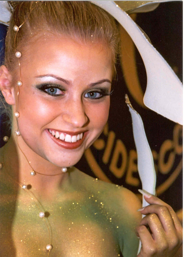 SM-bodypainting/Suomen Cidesco v. 2001, kulta Aihe: 'Flower power'  Kuva: Cidesco