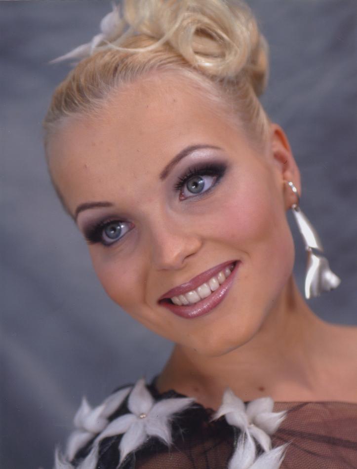 SM-meikki v. 2003 Aihe: Linnan juhlat Meikki: Make Up Atelje/Ulla Ahtiainen Kampaus: Ulla Keskinen Korut: Kultaseppä O. Niemi Asu: Pietarsaaren nahka-ja turkisalan oppilaitos
