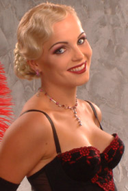 SM-meikki v. 2002 hopea Aihe: 'Show-girl' Meikki: Make Up Atelje/Ulla Ahtiainen Kampaus: Anita Hagström