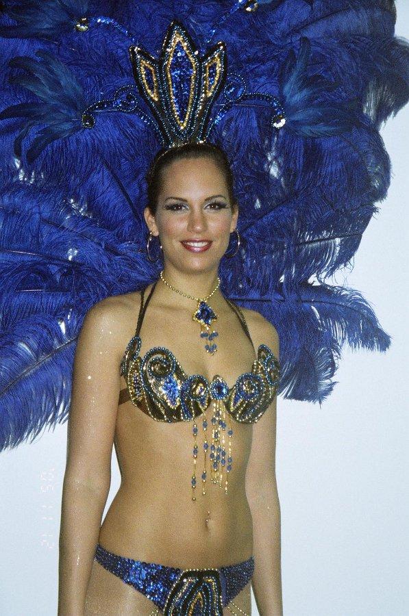 SM-meikki v. 2005, hopea Aihe: 'Samba-tanssijatar'  Meikki: Make Up Atelje/Ulla Ahtiainen Asu: Samba el Gambo/Kokkola  Korvakorut: Kultaseppä O. Niemi